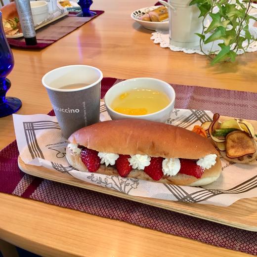 1月の新春スピマに引き続き、友人佳代ちゃんがわたしの穴ぼこが空いている部分をサポートしてくださっています(笑)今回のお茶会は、特別に彼女のカフェランチつきなのです♥ 彼女の地元の超おすすめプレーンコッペパンに手作りあんことフレッシュなイチゴ、ぽいっぷクリーム。素揚げした野菜チップス(これがすっごく美味しかった!!)、そして、チャイ風ミルクティー♥ 人をこんなにも喜ばせることができる君は、天才じゃ!ここまで来るとカフェやったほうがいいよー♪ (25日ももう一回食べれると思うとウキウキ!)