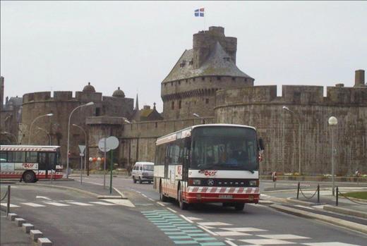 Départ ! Devant la vieille ville de St-Malo, le n°57 quitte l'arrêt central St-Vincent, sur l'ancien réseau de la régie St-Malo Bus. © Yves Le Chanu, Tous droits réservés.