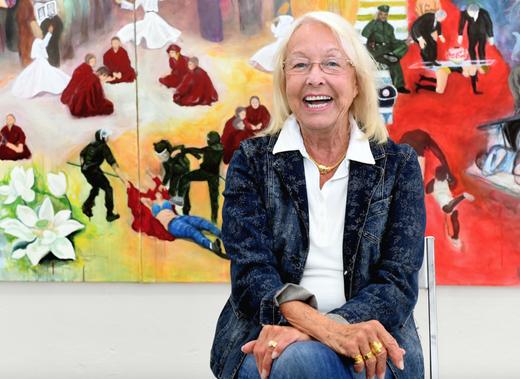 Koordiniert die Arbeit von rund 100 Künstlerinnen: Dorothea Paschen, Vorsitzende der Heidelberger GEDOK, in der Galerie der Künstlerinnenvereinigung an der Römerstraße vor einem großformatigen Gemälde von Inock Kim-Seifert