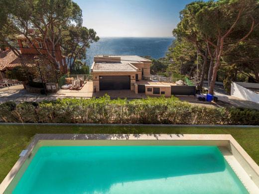 Belle location villa de vacances située dans un quartier résidentiel exclusif de Lloret de Mar. Location villa avec une belle vue sur la mer
