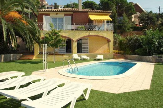 Villa à lloret de mar  idéale pour les vacances pour une grande famille et profiter de la piscine privée et du beau jardin. villa en bord de mer.