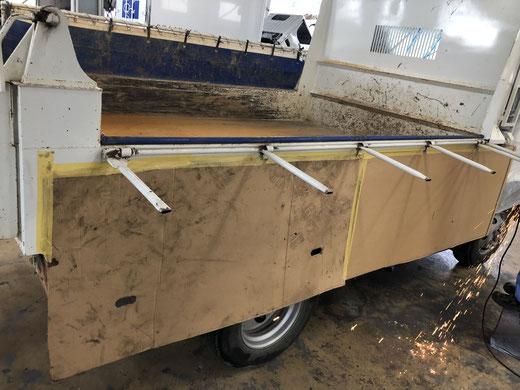 コボレーンを修理中のトラック