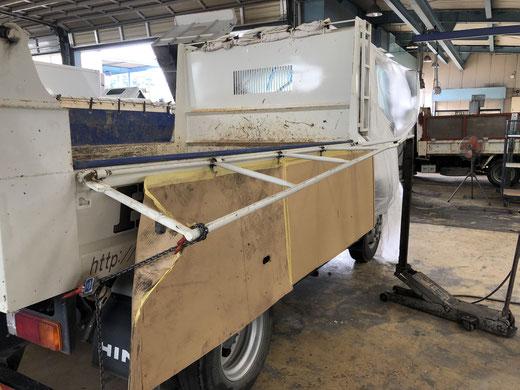 コボレーンのフレーム修正をしているトラック