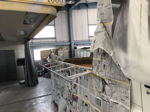 コボレーンの塗装をするトラック