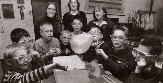 Kinder des Kinderlabors beim Experiment