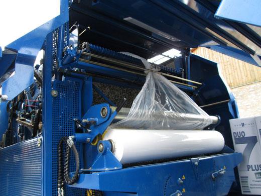 Anstelle von einem Netz wird der Zuckerrübenschnitzelballen zwei Mal in Folie gewickelt.