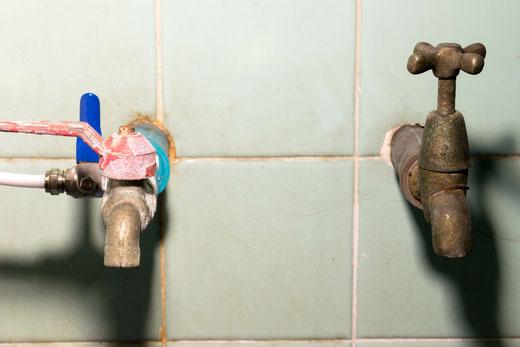 Absperrungen können innerhalb einiger Monate Rost- oder Kalk in den Verschraubungen ansetzen.
