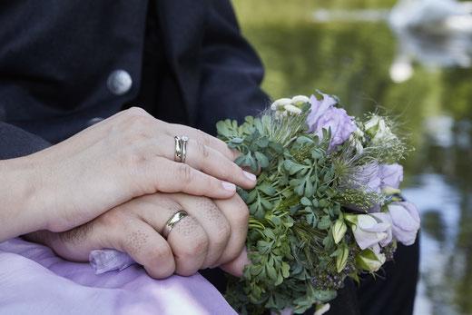 Hochzeitsringe auf Serviette, Ringe im Stroh, Ring
