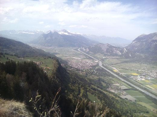 Die Aussicht vom Pizalun ins St. Galler Rheintal mit Alvier, Gonzen und Regitzer Spitz ist grandios. In der Bildmitte liegt Bad Ragaz.