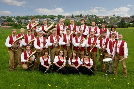 Die Oellinger Blasmusikanten im neuen Outfit vor ihrem Heimatort