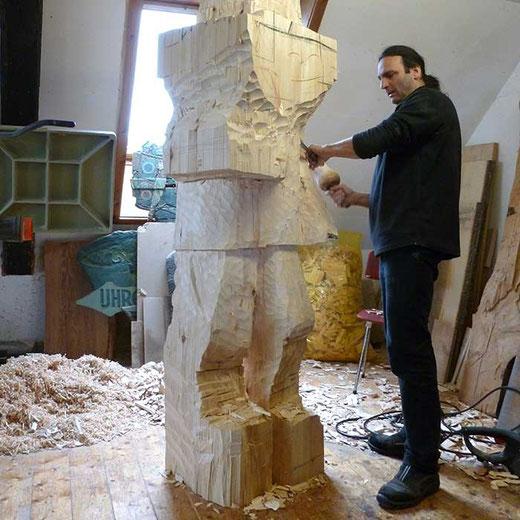 Frank Faller bei der Arbeit an einer Holzskulptur