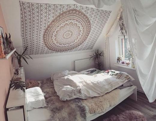 Schlafzimmer Dachschräge mit Mandala Wandtuch in gold