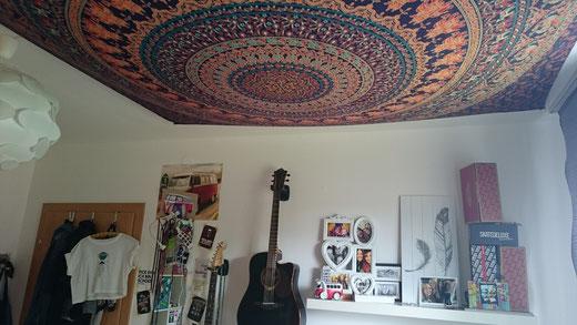 Zimmerdecke mit Mandala Wandtuch in orange und türkis