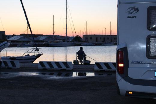 Früh morgens in Olbia. Parkplatz an der Marina