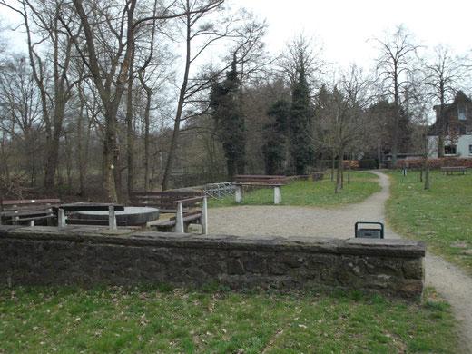 Der Königsforst  mit Mühlstein, Sitzbänken und Baumelbank
