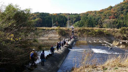 綾戸さんが中心となって企画した商工会主催フットパス・仙の岩ジオコースの様子。