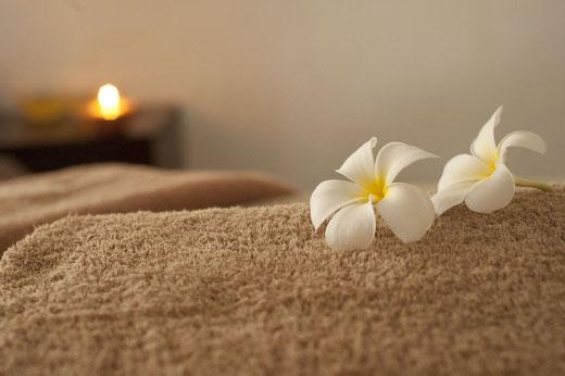 Weiße Blüten auf Handtuch