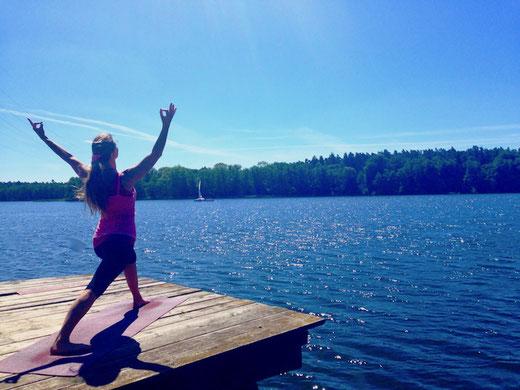 Wellnessurlaub, Entspannung und Relaxen in Mecklenburg, Yoga auf dem Steg am See