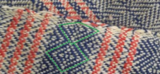 eingezogene Webkante : man erkennt gut die symetrische Raute im Muster und die gestauchte Randraute
