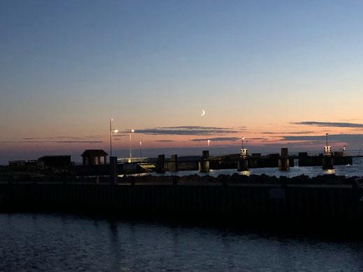 Fähranleger Avernakø: Die Sonne geht - der Mond kommt