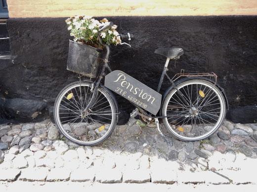 Fahrräder in allen Variationen- hier als verträumter Werbeträger