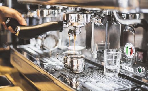 Kaffeemaschine bei der Extraktion des Kaffeegetränks
