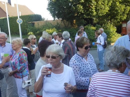 Landfrauen während der  Pause während der Eutiner Festspiele