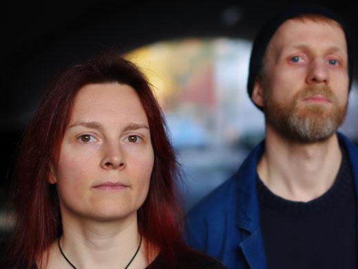 Katja Angenent und Andreas Wilmer schauen ernst, weil sie Schauergeschichten darbieten.