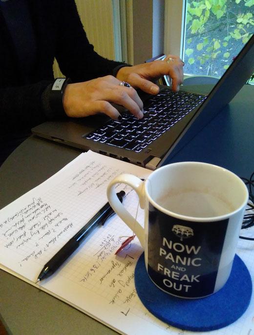 Bild zum 1. Münsteraner Schreibmarathon vom Kreativen Schreiben mit Stift, Papier, Laptop und Tee.