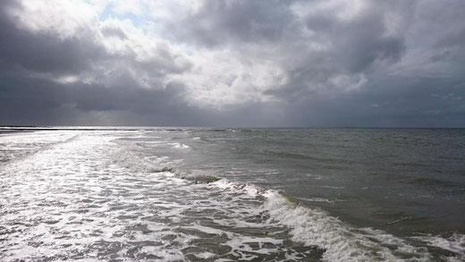 Bild vom Meer mit Wellen und Wolken.