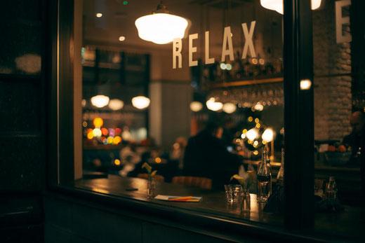 Sieht nicht nur gemütlich aus, kann auch die Inspiration beflügeln: Schreiben in Kneipen und Restaurants.
