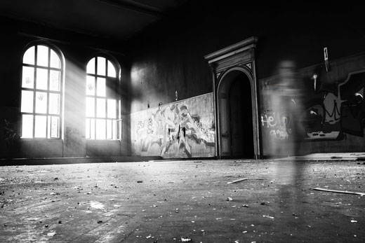 Katja Angenent schreibt darüber, was Schauergeschichten sind und packt Fotos von Unsplash dazu.