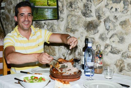 Mit Enrique Garcia (Bodega Pingón) genießen wir die Spezialität Lechazo de Castilla y León (Milchlamm vom Holzkohlegrill), das mehr als zwei Stunden im Holzofen garen muss. Dazu ein perfekt harmonierender Carramimbre Crianza