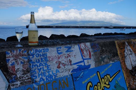 Zur Feier unserer Ankunft öffnen wir unsere letzte Flasche Hiestand-Sekt