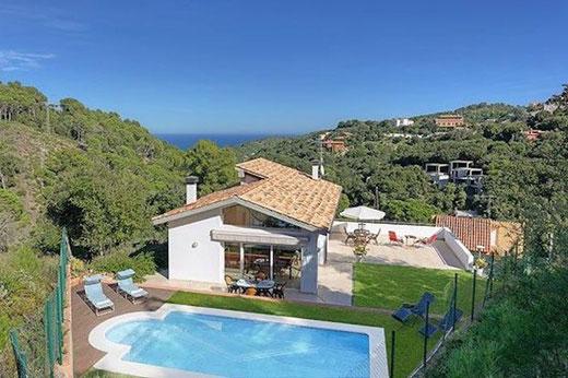 maison  avec piscine privée qui offre de belles vues sur la campagne et sur la mer.