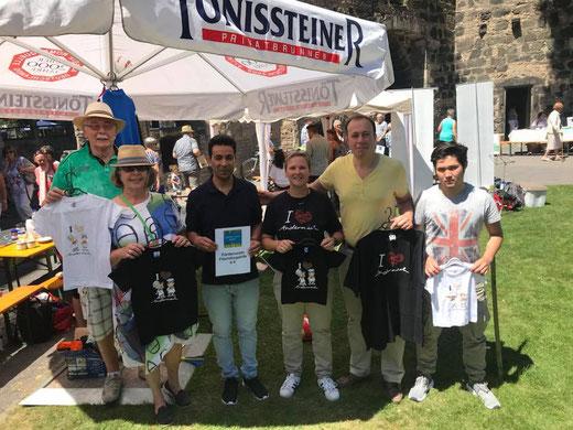 Mitglieder der Flüchtlingshilfe Andernach e.V. zeigen stolz die neuen Kinder-T-Shirts
