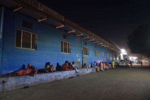 Hinduisische Pilger (oder Brahmanen ?) auf ihrem Nachtlager