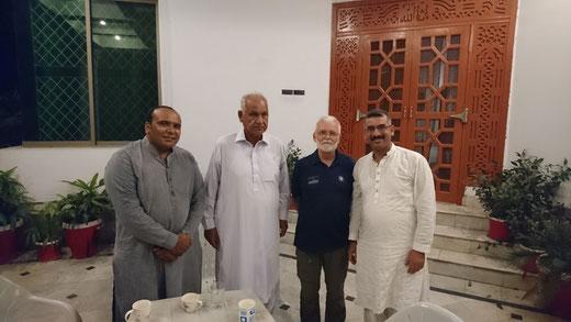Abbas,  Wajids Vater und Bürgermeister, Fiedrich-unterwegs und Wajid