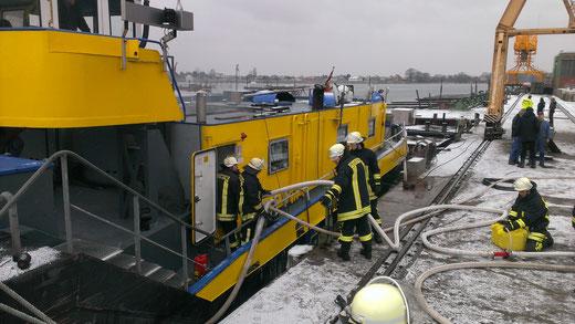 Brennt Binnenschiff
