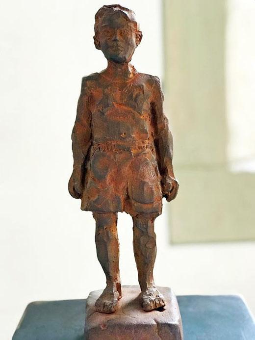 """Diese Skulptur """"Der Fluch"""" steht symbolisch für das Leid der Betroffenen.  Der Schöpfer der Plastik ist Stephan Balkenhol, 2004 nach einer Idee von Johannes Heibel, Initiative gegen Gewalt... e.V.. Mehr Informationen gibt es dort."""