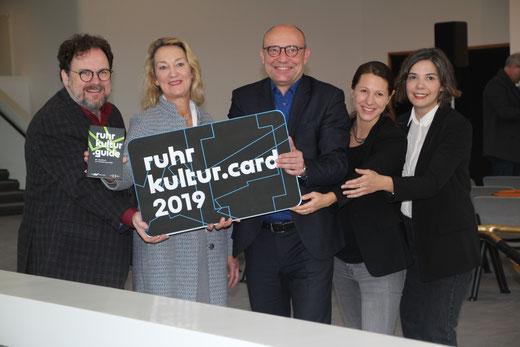 """Das Team der neuen """"ruhr.kultur 2019"""" stellte die neue Karte im Aalto Theater gemeinsam vor."""