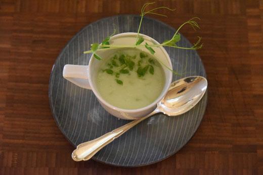 Erbsen Microgreens Suppe mit Erbsendeko