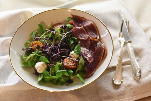 Radieschen Microgreens mit Mozzarella, Tomaten und Gänsebrust