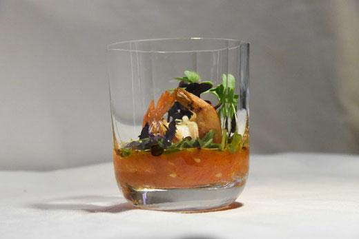 Radieschen, Rettich Microgreens mit Garnelen in Tomatensauce