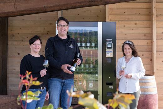 Vinomat-Einweihung des Weinguts Sonnenhof in Vaihingen-Gündelbach mit der Vaihinger Weinprinzessin Julia Aisenbrey, Martin und Jasmin Fischer (v.r.) (Bild: Bettina Meister)