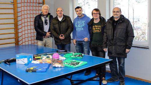 Ernst Prötel (Vorstandsvorsitzender SV GEA Happel),  Heinz Schmidt (SPD-Bezirksverordneter), Danny Piel (Leiter Sportjugendhaus), Marcel Gresch (Mitarbeiter im Sportjugendhaus) und Erwin Bach (Leiter der Tischtennisabteilung SV GEA Happel (von li.).