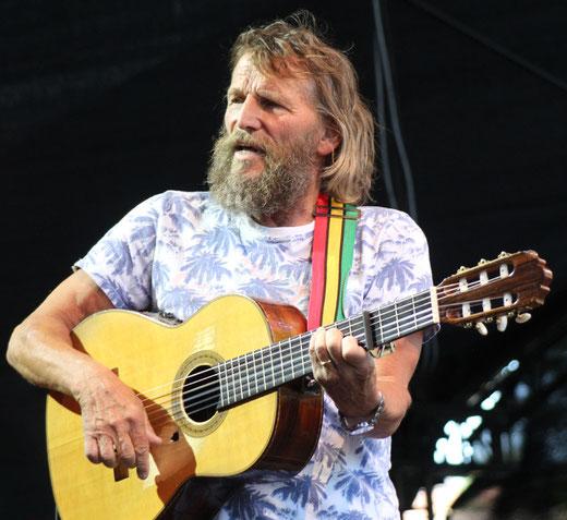 """40 Jahre Widerstand und Reggae: Hans Söllner feierte mit dem Publikum Klassiker wie """"Mei Vodda (hod an Marihuana-Baam)"""" und """"Boarischer Krautmo"""", bei denen vielstimmig mitgesungen wurde."""
