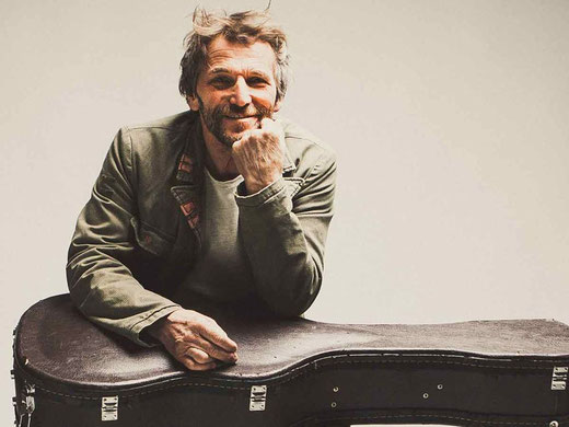 """Bayerischer Liedermacher und Reggae-Rebell: Mit Hans Söllner beehrt eine Ikone der alternativen Szene das """"Blacksheep Festival"""". Foto: Stefan Wiebel"""