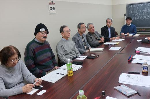 黒板の前が若い先生で、机を挟んで右側に8名の学生さんが並んでいます。