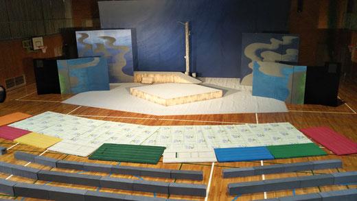 小学校の体育館に設置した「モンゴルの白い馬」の舞台と客席